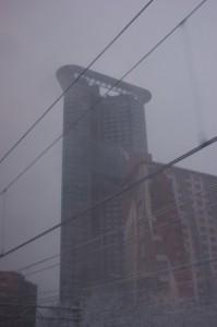 Het strijkijzer, een gebouw in Den Haag, het sneeuwt